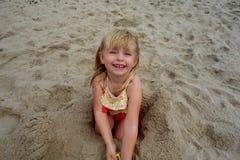 演奏沙子年轻人的海滩女孩 免版税库存照片