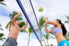 演奏沙滩排球体育的朋友 免版税库存照片