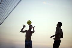 演奏沙滩排球里约热内卢巴西日落的剪影 免版税库存照片