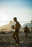 演奏沙滩排球里约热内卢巴西日落的巴西人 免版税图库摄影