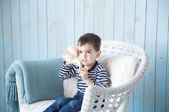 演奏海扇壳的男孩 免版税库存照片