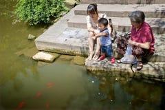 演奏海滨的婴孩 免版税图库摄影