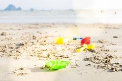 演奏海滩玩具和海海滩 获得的孩子乐趣户外 图库摄影