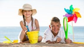 演奏海滩的两个孩子 免版税图库摄影