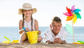 演奏海滩的男孩和女孩 库存图片