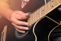演奏演奏与吉他的吉他…美丽的青少年的女孩音乐 免版税库存照片