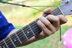 演奏演奏与吉他的吉他…美丽的青少年的女孩音乐 图库摄影