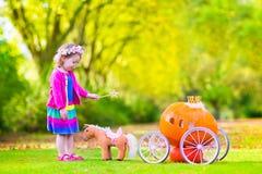 演奏灰姑娘的小女孩 免版税库存照片