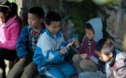 演奏爆竹的雅安中国这小男孩 库存照片