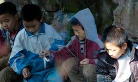 演奏爆竹的雅安中国这小男孩 免版税库存照片