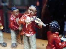 演奏爵士乐的黑人音乐家葡萄酒小雕象  免版税图库摄影