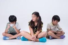 演奏片剂的亚洲孩子 库存图片