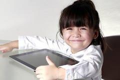 演奏片剂的孩子 免版税库存照片