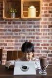 演奏片剂计算机的亚裔中国小女孩 图库摄影