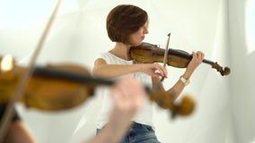 演奏特写镜头被弄脏的背景的小提琴 股票录像