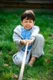 演奏猛拉战争年轻人的男孩 免版税库存图片
