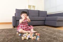 演奏玩具块的亚裔小女孩 图库摄影