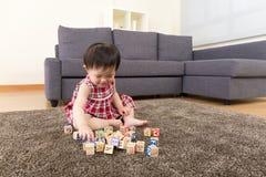 演奏玩具块的亚洲小女孩 库存图片