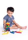 演奏玩具块的喜悦的孩子被隔绝 图库摄影