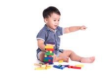 演奏玩具块的喜悦的孩子被隔绝 库存照片