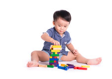 演奏玩具块的喜悦的孩子被隔绝 库存图片