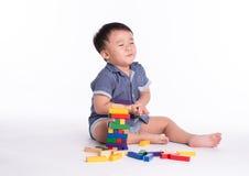 演奏玩具块的喜悦的孩子被隔绝 免版税图库摄影