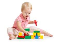 演奏玩具块的孩子女孩隔绝在白色 库存照片