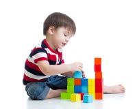 演奏玩具块的孩子被隔绝 免版税库存图片