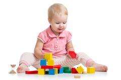 演奏玩具块的孩子隔绝在白色背景 免版税库存图片