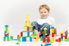 演奏玩具块的孩子 免版税库存图片