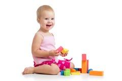演奏玩具块的愉快的孩子 库存照片