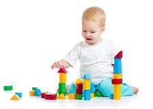 演奏玩具块的愉快的孩子 图库摄影