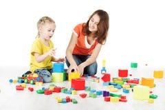演奏玩具块的母亲和孩子 免版税库存图片