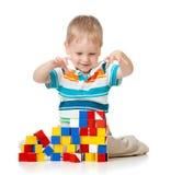 演奏玩具块的逗人喜爱的孩子 免版税库存图片