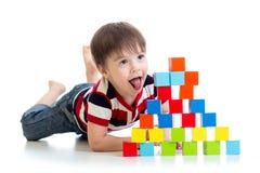 演奏玩具块的滑稽的孩子被隔绝 免版税库存图片
