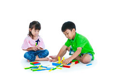 演奏玩具木刻的亚裔孩子,隔绝在白色backgr 免版税库存照片