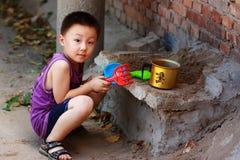 演奏玩具的亚裔男孩 免版税图库摄影