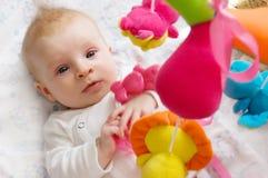 演奏玩具的女婴 库存照片