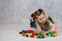 演奏玩具的女孩 免版税库存照片