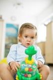 演奏玩具的婴孩 免版税图库摄影