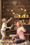 演奏玩具的孩子 教育比赛概念 妈妈或托儿所老师和逗人喜爱的白肤金发的男孩使用与建设者 库存图片