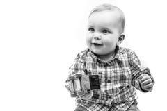 演奏玩具的孩子 秀丽时装模特儿孩子 塑造查找 拿着玩具汽车的男婴 免版税库存图片