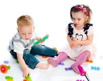 演奏玩具的孩子 免版税图库摄影