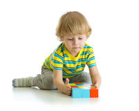 演奏玩具的小男孩隔绝在白色背景 库存图片