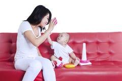 演奏玩具的母亲和婴孩 免版税库存图片