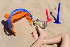 演奏玩具的海滩子项 免版税库存图片