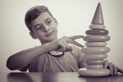 演奏玩具的男孩 老广告概念 库存照片