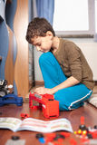 演奏玩具的男孩 库存照片