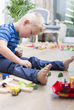 演奏玩具的男孩 免版税库存照片