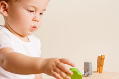 演奏玩具的男孩 免版税库存图片